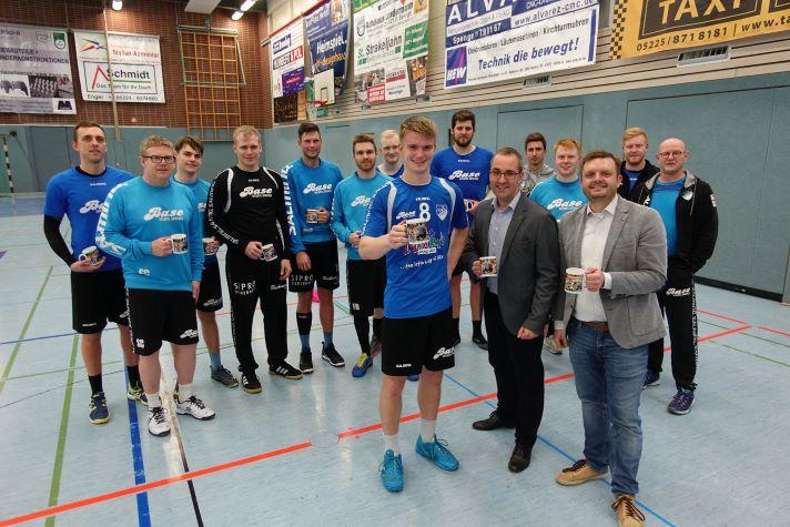 Bildunterschrift v.l.n.r.: Die erste Mannschaft des TuS Spenge mit (im Vordergrund) Justus Aufderheide, Lars Hartwig und Michael Schönbeck
